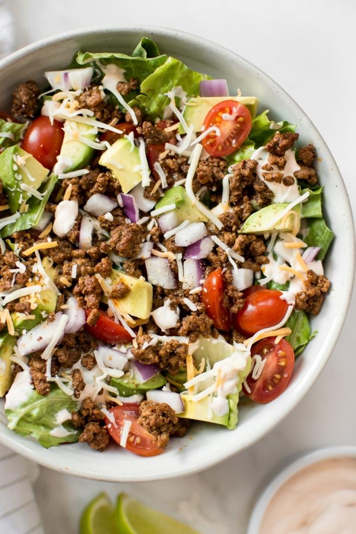 low carb rezepte abendessen, gesunder salat mit hackfleisch, avocado, parmesan und cherry tomaten