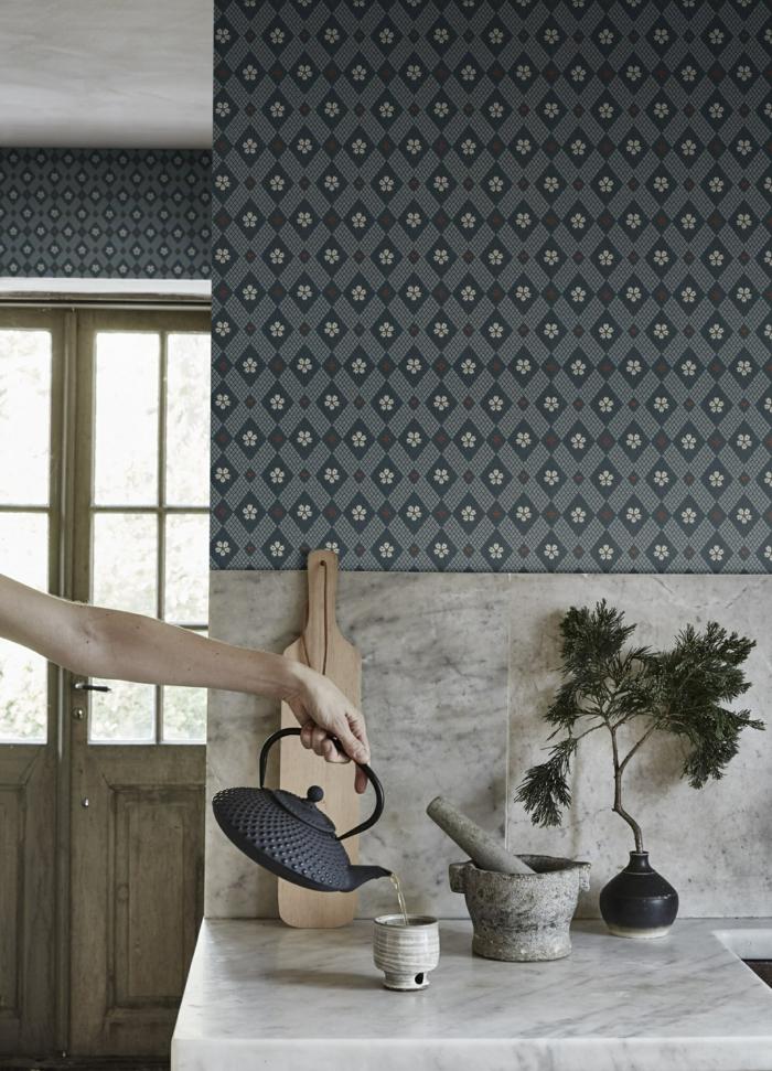 Tapete Küche Landhaus, dunkelblau mit geometrischen Mustern, Hand gießt Tee in einem Becher
