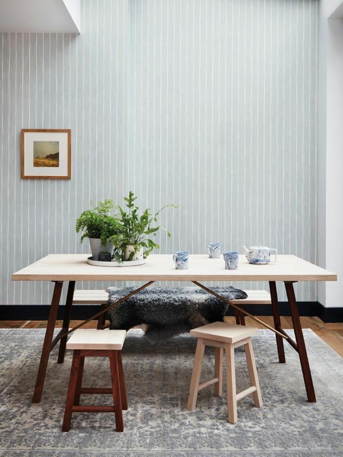 Wandgestaltung Streifen Beispiele, Welche Tapete passt in die Küche, großer Tisch aus Holz mit Pflanzen