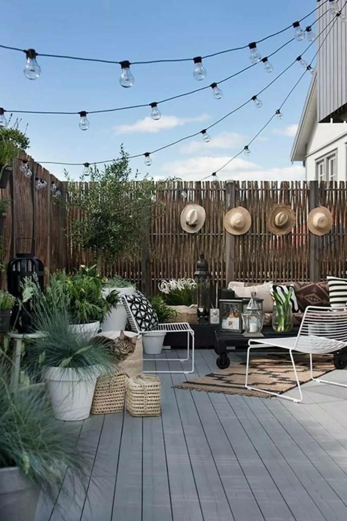 Sichtschutz Garten Ideen, Gartenzaun Ideen Bilder, aufgehängte klein Leuchter, moderne Gartenmöbel mit Kissen