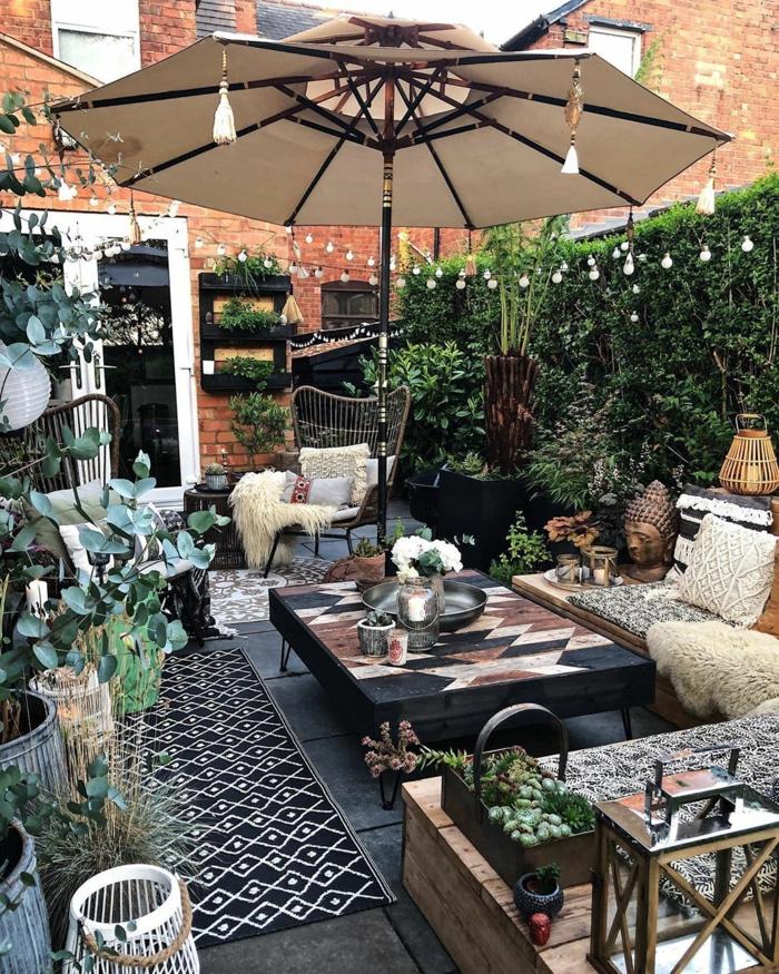 Pflanzen als Sichtschutz zum Nachbarn, moderne Einrichtung eines kleinen Hinterhofs, boho chic stil