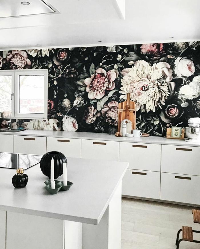 Küchentapeten ganz aktuell, schwarze Tapete mit Blumen, große Küche mit Fenster, weiße Schränke