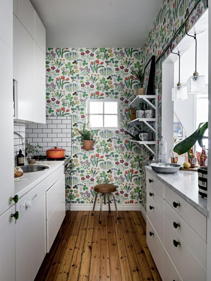 moderne kleine Küche mit Fenster, Küchen Tapeten Ideen in grün mit Blumen, Boden aus Holz,