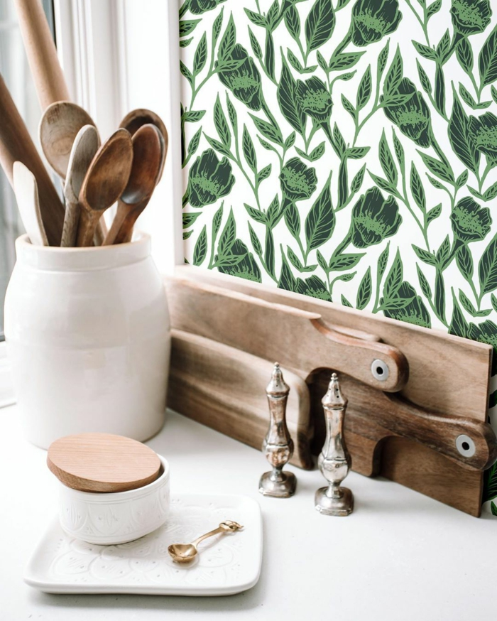 Tapete Esszimmer in grün mit Blumenmuster, weißer Becher mit Löffeln aus Holz, moderne Inneneinrichtung