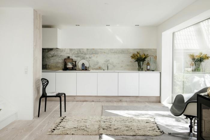 große Küche Wandgestaltung mit Tapeten, minimalistische Inneneinrichtung, weiße Küchenschränke
