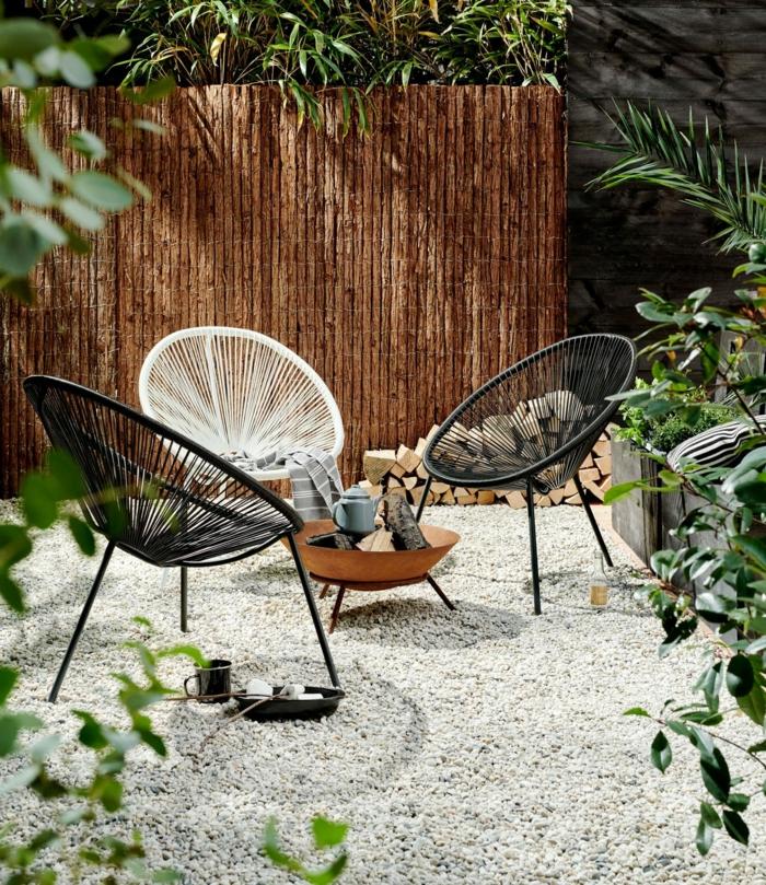 zwei weiße und ein weißer Stuhl, Sichtschutz Garten Ideen, Gartenzaun Ideen Gestaltung, Dekoration für Garten mit Pflanzen