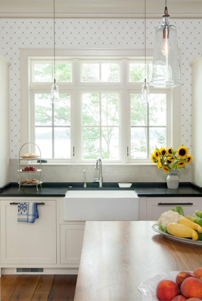kleine Küche Wandgestaltung mit weißen Tapeten mit Pünktchen, Inneneinrichtung im Landhausstil, Vase mit Sonnenblumen