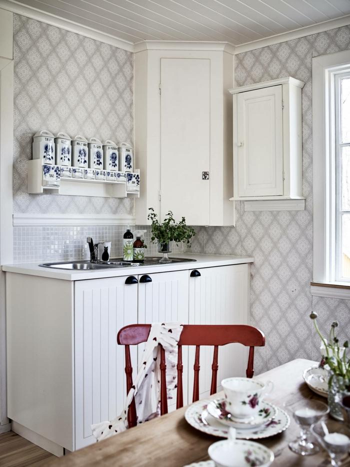 Tapete Küche Landhaus, kleine Küche mit Fenster, weiße Schränke, roter Stuhl aus Holz