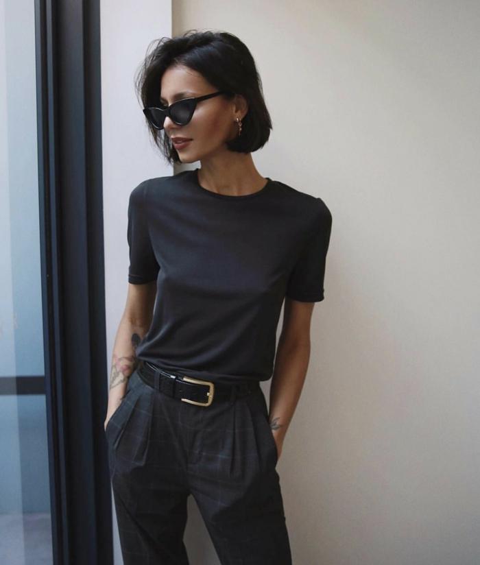monochromes Outfit, schwarze Hose und T-Shirt, Frisurentrends 2020 Frauen, Bob Frisuren