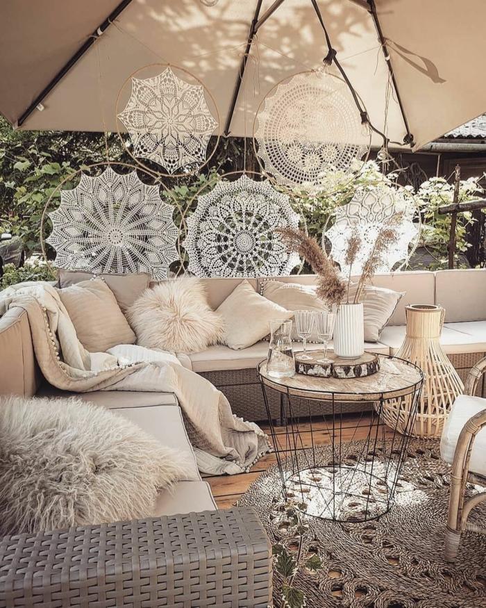 Außeneinrichtung in beige Farben, großer Sonnenschirm, Bohemischer Stil, Gartenzaund Ideen Gestaltung