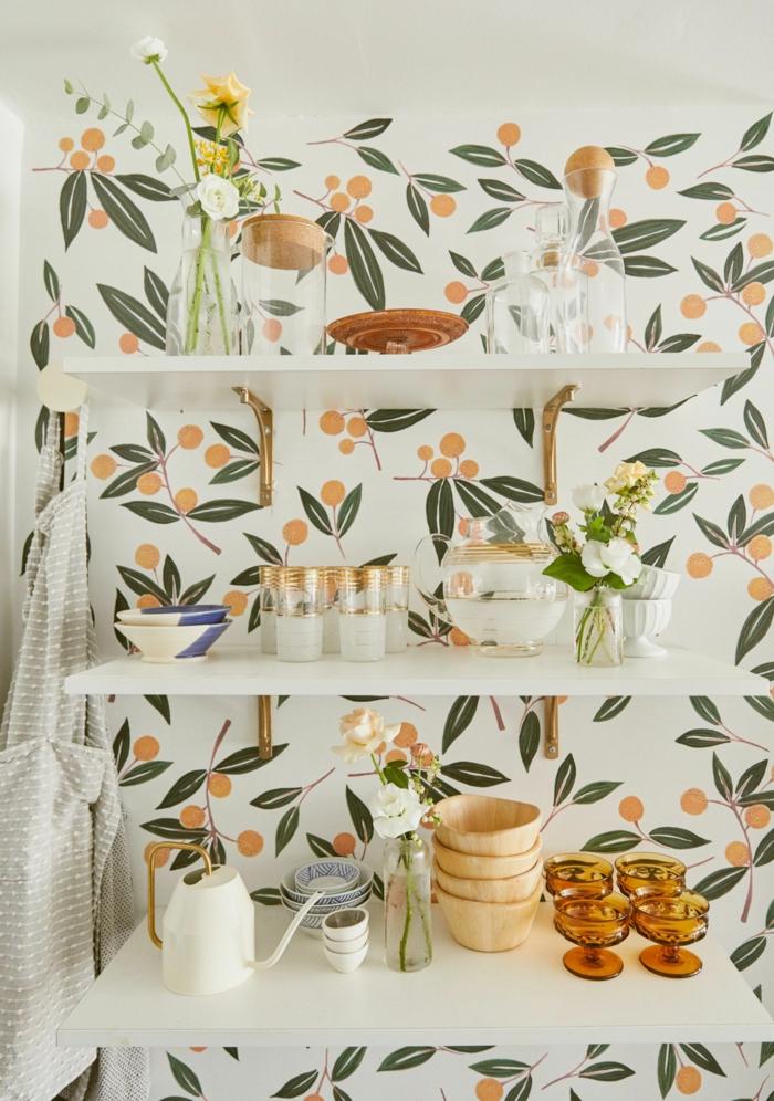 Küche Wandgestaltung mit Tapete mit kleinen Orangen und grünen Blättern, offenen Regale mit Tassen und Becher