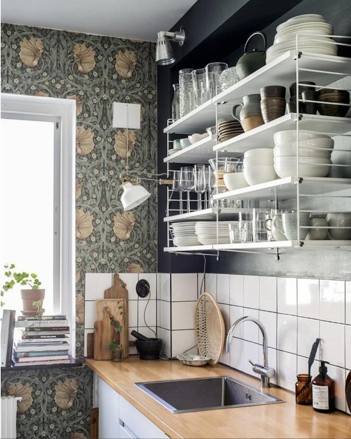 Ideen für moderne Gestaltung, offene Regale mit vielem Geschirr, Platte aus Holz, Tapeten für Küche mit Fenster, weiße Fliesen