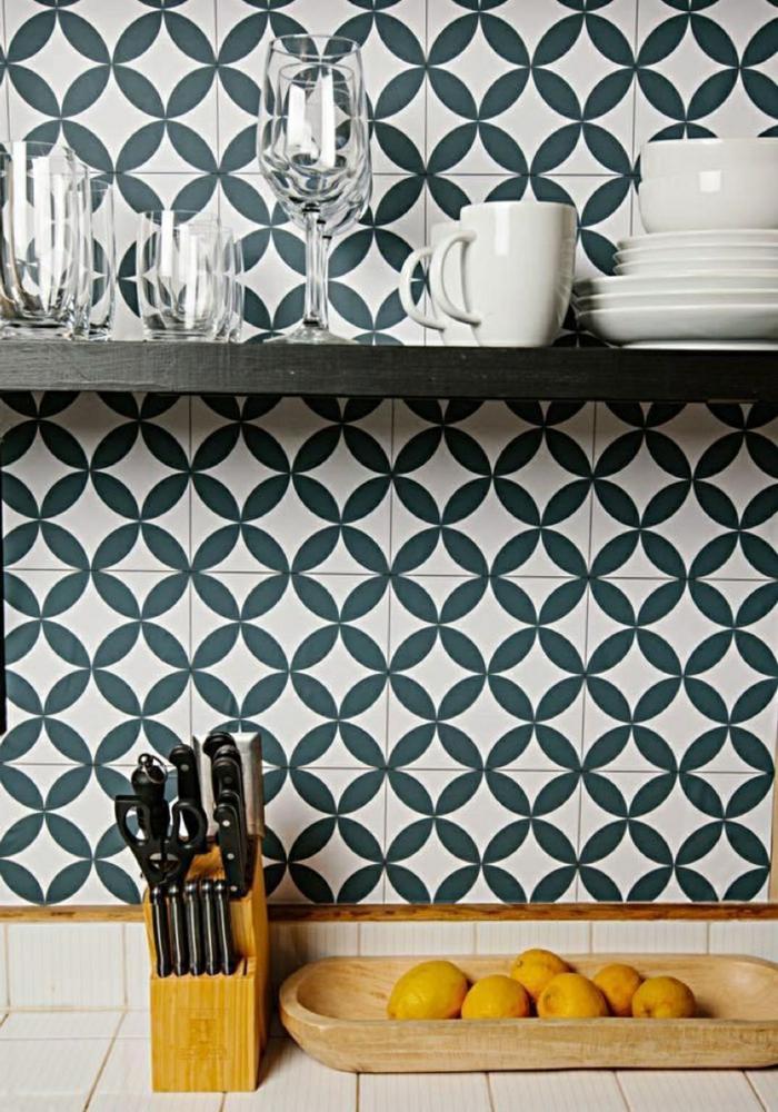weiß blaue Küchentapete mit geometrischen Formen und Flieseneffekt, Messerblock mit Messern, Schale aus Holz mit Zitronen