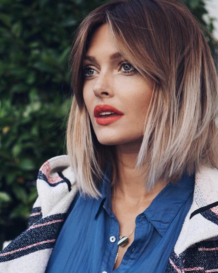 Frisur mit ombre Farbe, blaues Hemd, Bob Kurzhaarfrisuren 2020 Damen, dezentes Make-Up mit rotem Lippenstifft