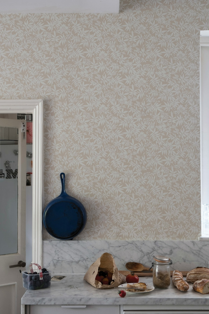abwaschbare Tapete Küche, Inneneinrichtung im Landhausstil Ideen, blaue Pfanne, Theke aus Marmor