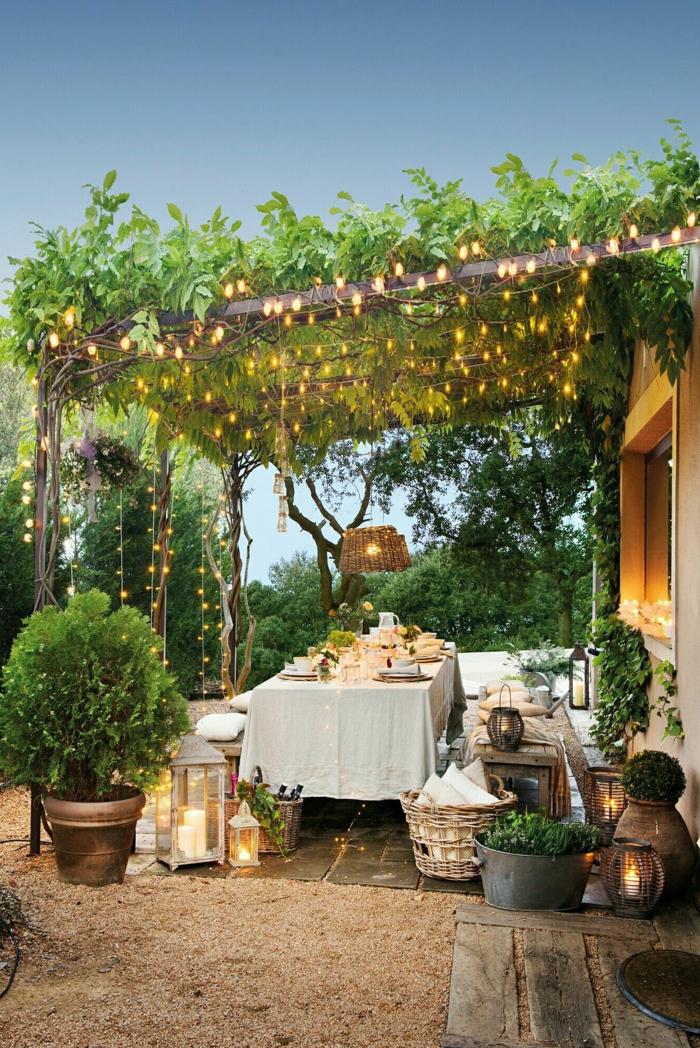 Gartengestaltung Ideen modern, Schutzdach Pergola mit Pflanzen und Leuchten, Romantische Außeneinrichtung