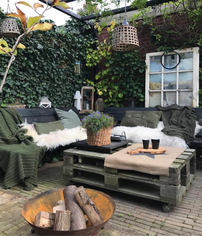 kreative Zaunideen als Sichtschutz mit Pflanzen für den Garten, Upcycling Ideen, Ecksofa und Tisch aus alten Kisten