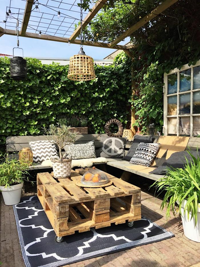 Sichtschutz Garten Ideen selber machen mit Pflanzen, Upcycling Ideen, Sofa und Tisch aus alten Kisten