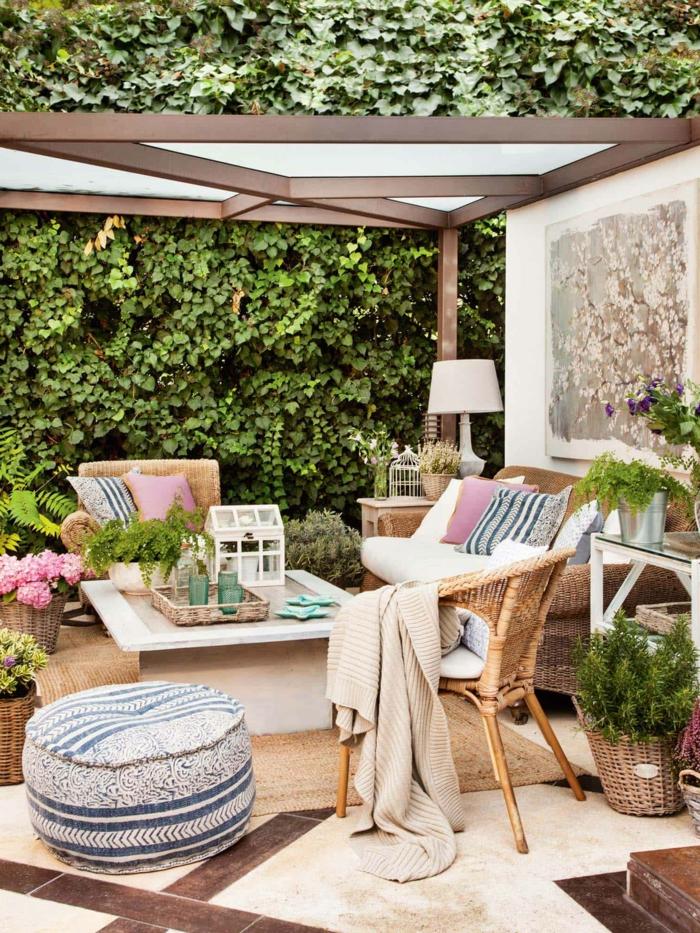 Pflanzen als Sichtschutz zum Nachbarn Inspiration, Schutzdach aus Glas, moderne Gartenmöbel,