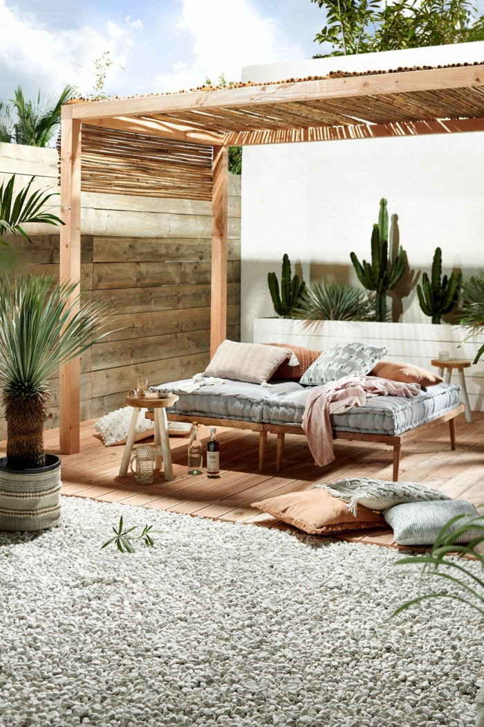 Sichtschutz Terrasse Holz, Schutzdach aus Bambus, Dekoration mit kleiner Palme und Kakteen,