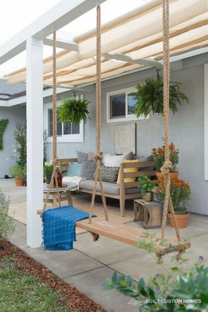 Terrassen Ideen Bilder, Schaukel aus Holz, Sichtschutz Garten Ideen und Inspiration, Dekoration mit Pflanzen