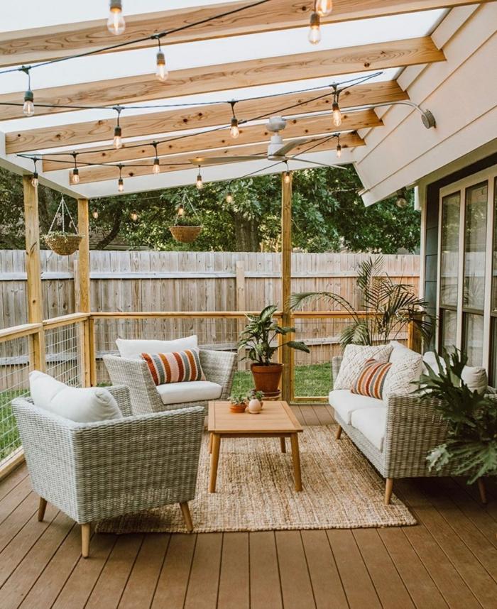 Gartengestaltung Sichtschutz Beispiele, minimalistische Außeneinrichtung, Schutzdach mit Holzbalken und aufgehängte Leuchten, moderne Gartenmöbel, Gartenzaun aus Holz