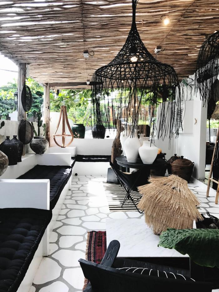 moderne Außeneinrichtung in weißen und schwarzen Farben, weißer Marmorboden, Terrassen Ideen Bilder, Sichtschutz aus Bambus