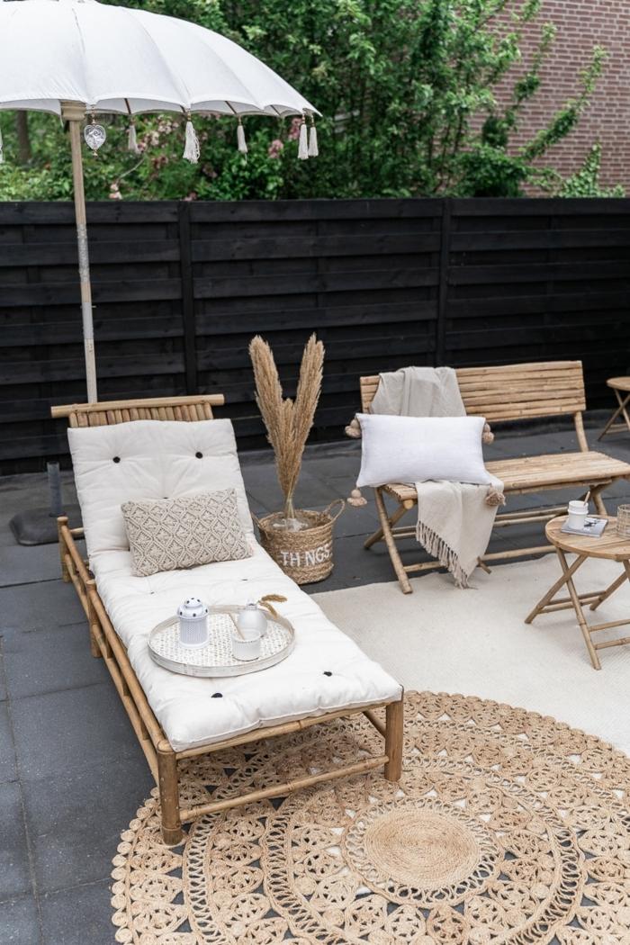 minimalistische bohemische Außeneinrichtung, Liegestuhl und Bank aus Bambus, Sichtschutz Terrasse Modern