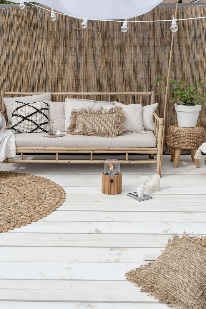 Außeneinrichtung für Garten mit neutralen Farben, Gartenzaun aus Bambus, Gartengestaltung Ideen Modern,
