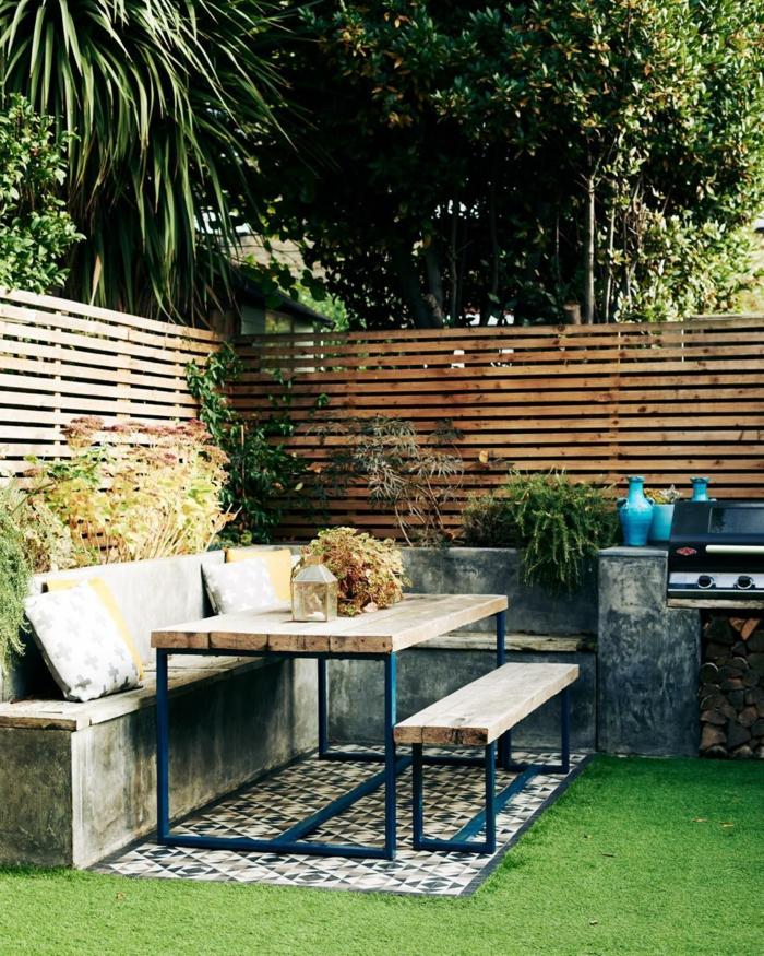 Gartenzaun Sichtschutz Terrasse Holz, Ecksofa aus Beton mit Kissen zum Sitzen, Gartentisch mit Bank