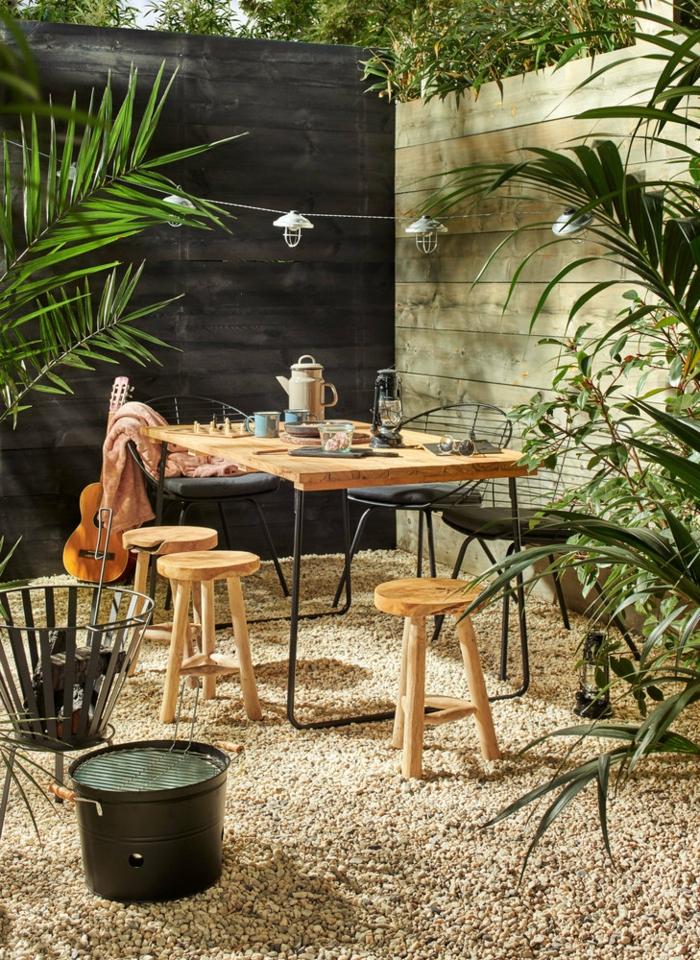Gartengestaltung Ideen Modern mit Gartenzaun, Sichtschutz Garten Ideen, Holztisch mit kleinen runden Holzstühlen