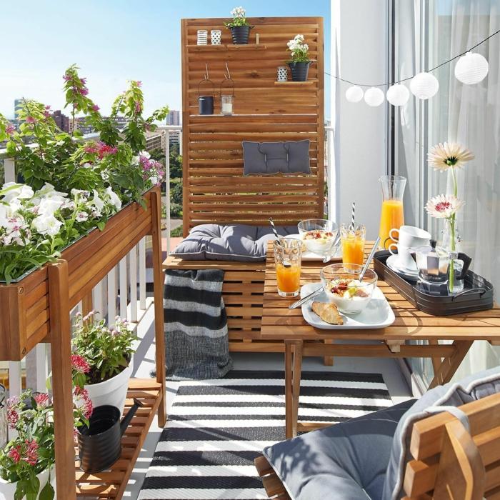 Sichtschutz zum Nachbarn Ideen, Sichtschutzbank aus Holz mit Pflanzen, moderne Holzmöbel, blaue Kissen und Teppich