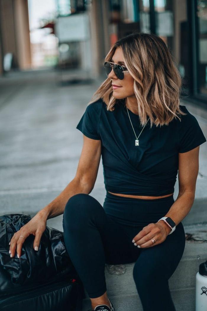 Dame in Leggings und schwarzes T-Shirt, Bob Frisuren Frauen mittellang, casual Outfit, Aviator Sonnenbrillen