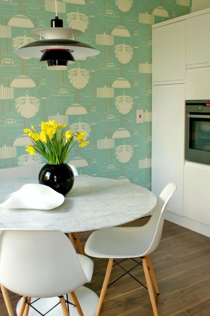 schwarze Vase mit gelben Blumen, großer weißer Schrank mit eingebautem Ofen, Küchenwände gestalten mit Tapeten