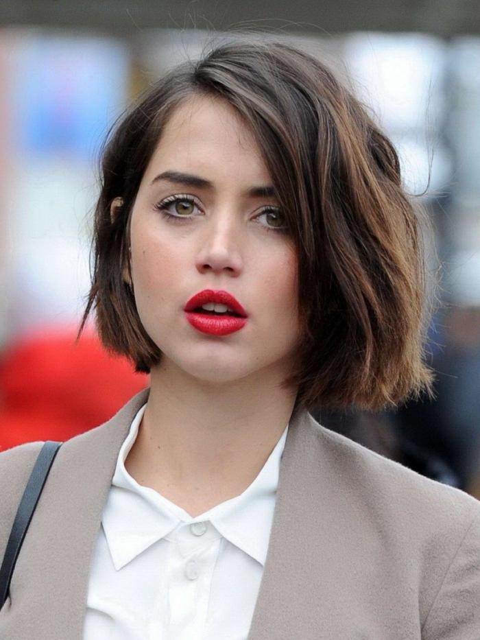 eleganter Street Style, Frau in weißem Hemd und beiger Jacke, Make-Up mit rotem Lippenstift, braune Haare, Bob Kurzhaarfrisuren 2020 Damen