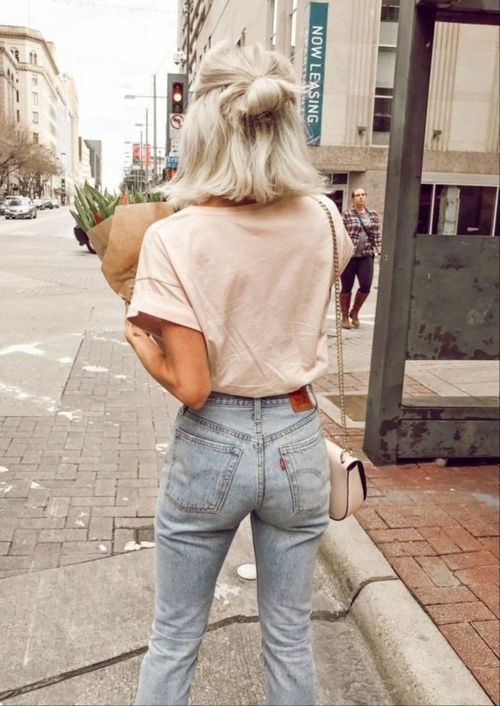 Street Style Inspiration, Jeans und T-Shirt, kleine Umhängetasche, Frisuren Frauen mittellang