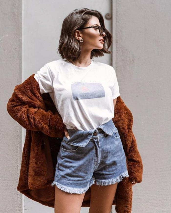 legeres Outfit, brauner Mantel, weißes T-Shirt und Jeans Short. Dame mit braunen Haaren, Frisuren Damen Mittellang