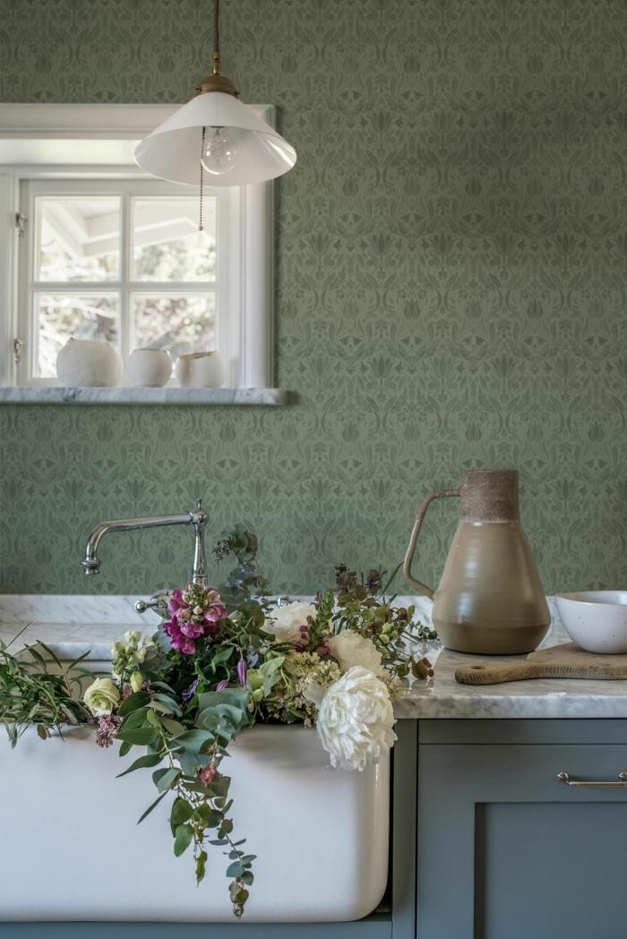Tapeten für Küche im Landhausstil, kleines Fenster, viele Blumen im großen Waschbecken