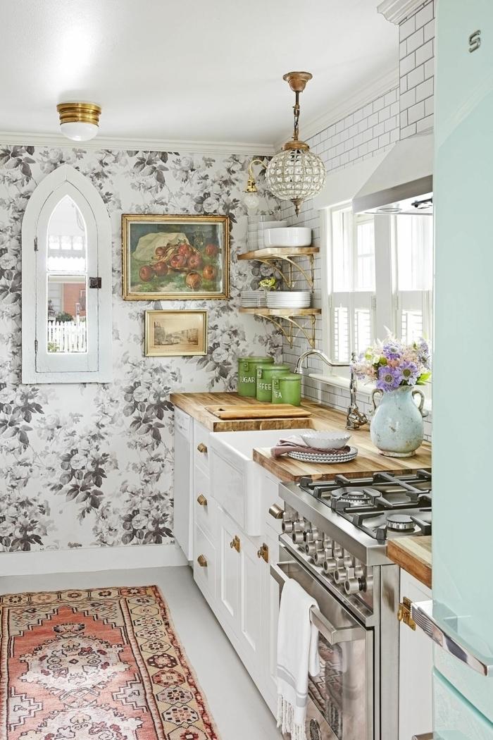 Innenausstattung im Landhausstil, Wandgestaltung Küche klein mit Fenster, weiße Tapete mit Blumen,