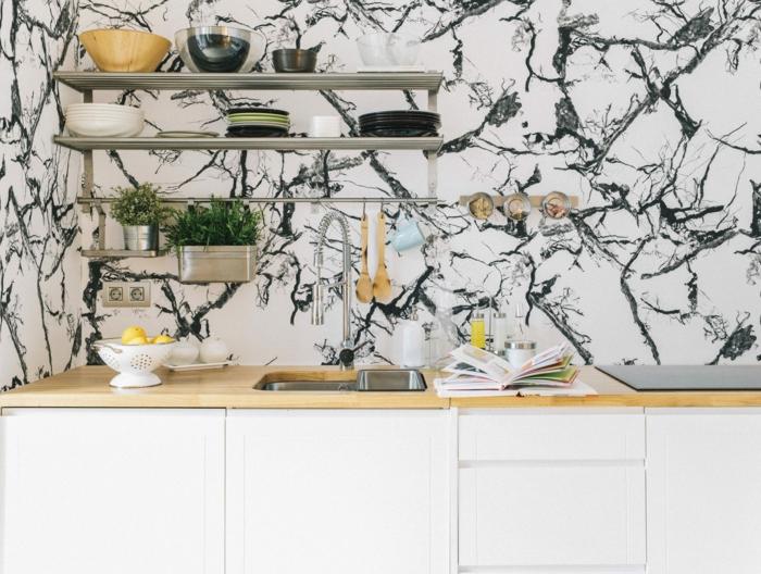 schwarz weiße Tapete mit Marmor-Effekt, Wandgestaltung Küche Inspiration, offene Regale