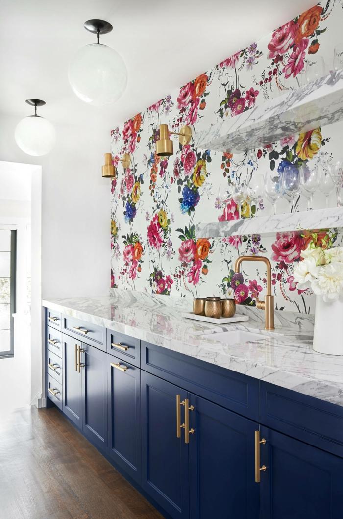 modern gestaltete Küche mit blauen Schränke und Theke aus Marmor, Küchentapeten ganz aktuell mit floralem Muster