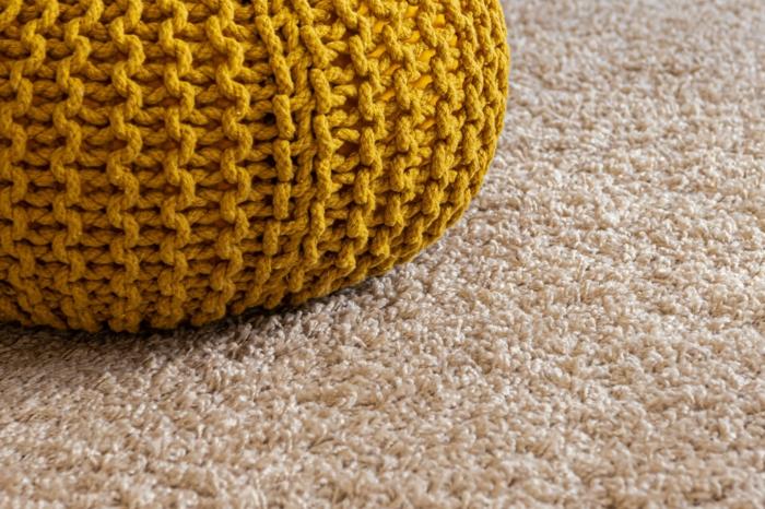Gelber Bodenkissen, flauschiger beiger Teppich Reinisch, Inneneinrichtung Inspiration und Ideen