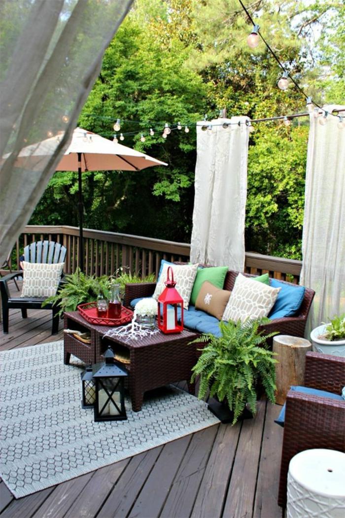 Sichschutz Terrasse modern, weiße Gardinen, Gestaltung mit modern Gartenmöbeln und großem Sonnenschirm