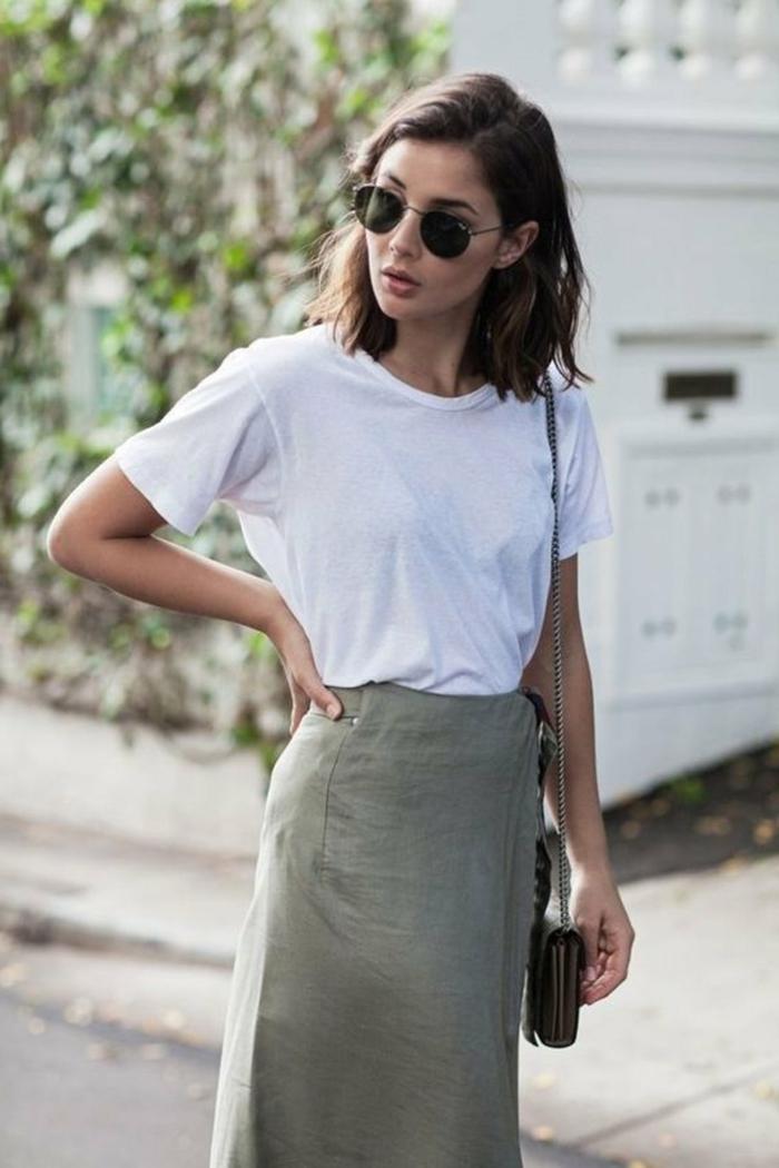 Street Style Outfit, langer Rock und weißes T-Shirt, Frisuren 2020 mittellang, Dame mit braunen Haaren, Bob Haarschnitt