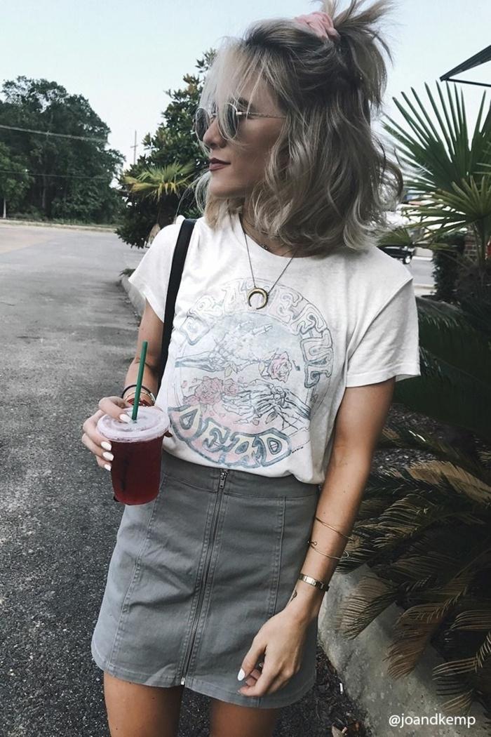 Trendfrisuren 2020 Damen, grauer Rock und weißes T-Shirt mit Print Look, Bob Frisuren mit Pony
