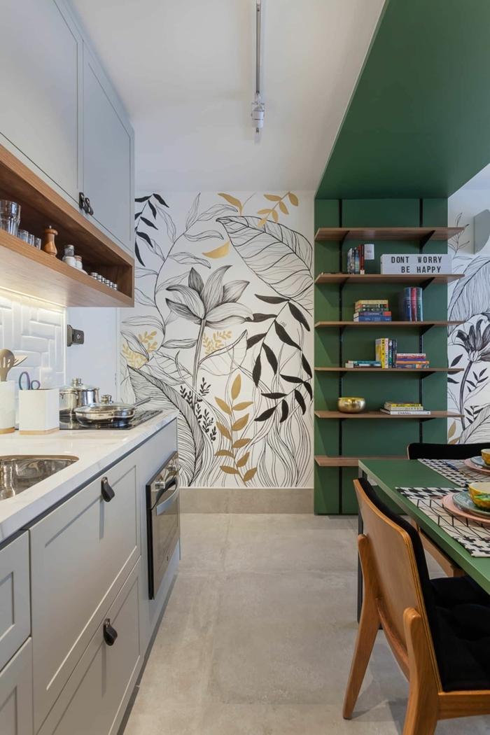 Welche Tapete passt in die Küche, grüne Wand mit offenen Regalen, graue Küchenschränke