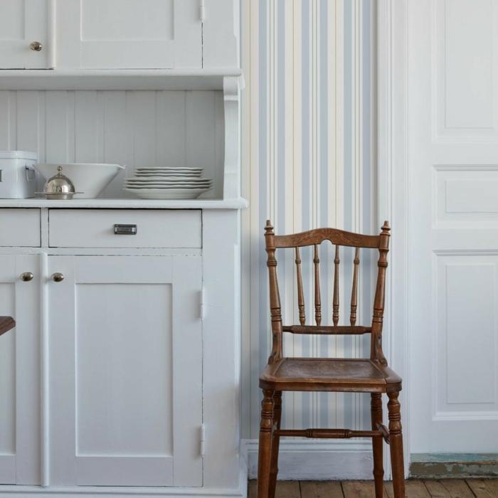 Innenausstattung im Landhausstil mit weißen Schränken, Wandgestaltung Streifen Beispiele, Stuhl aus Holz