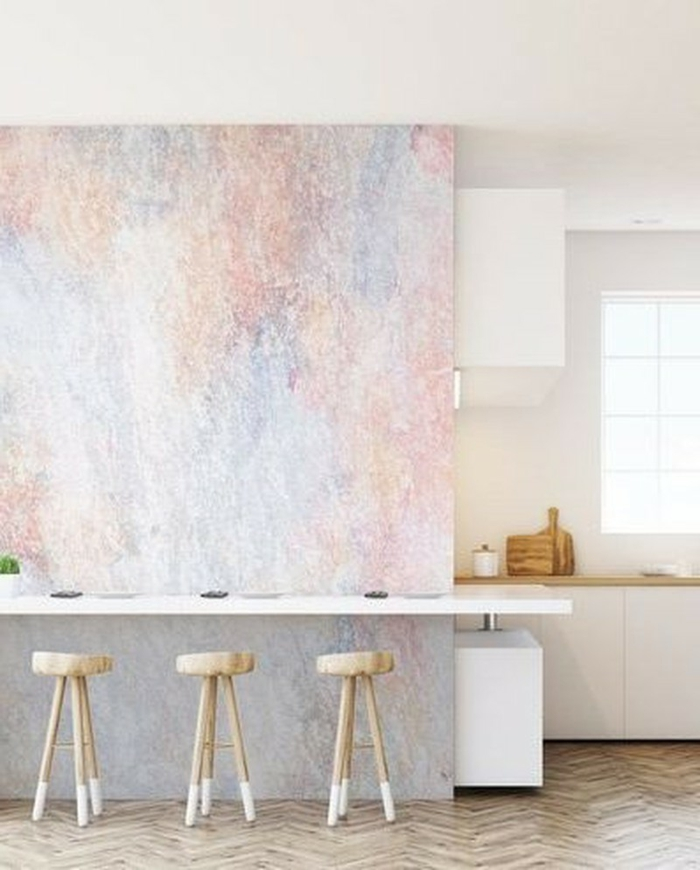 Küchen Tapeten mit Marmor-Effekt, drei kleine Stühle aus Holz, minimalistische Einrichtung
