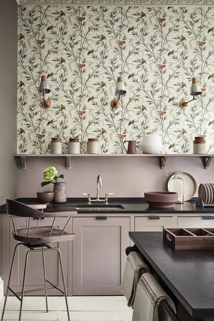 Wandgestaltung Küche in lila und mit Tapeten mit floralen Mustern, minimalistische Einrichtung