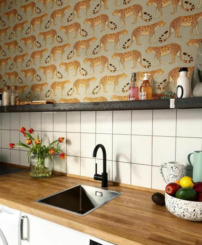 Küchen Tapeten mit Leoparden Muster, Einrichtung mit weißen Fliesen, Theke aus Holz, kleiner Waschbecken